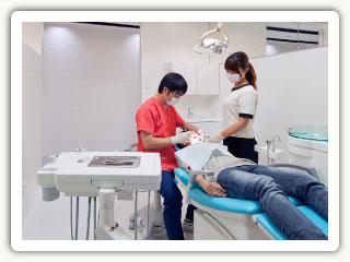 歯科 なりかわ重敏クリニック 診療中風景